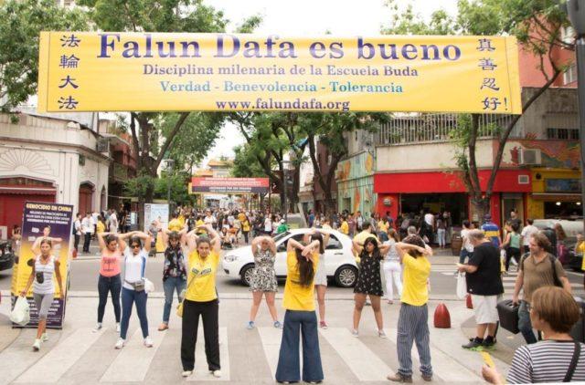Una actividad en el barrio chino en Buenos Aires para crear conciencia sobre la persecución a Falun Dafa en China.