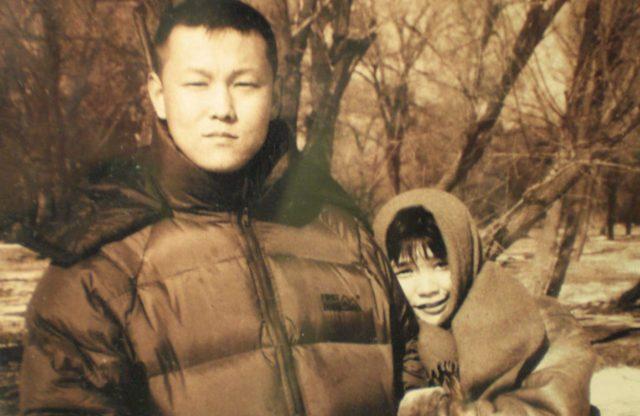 La Sra. Xu Na (arriba, derecha) junto a su difunto esposo, el Sr. Yu Zhou (arriba, izquierda). Yu fue arrestado en Beijing poco antes de los Juegos Olímpicos del 2008 y murió bajo custodia policial varios días después. Xu fue encarcelada y torturada durante varios años después de la muerte de su marido.